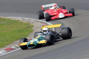 Современная Ф1 против гонок на исторических автомобилях