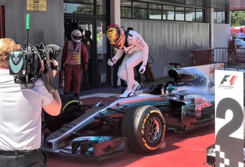 Льюис Хэмилтон выиграл сражение с Себастьяном Феттелем на Гран При Испании