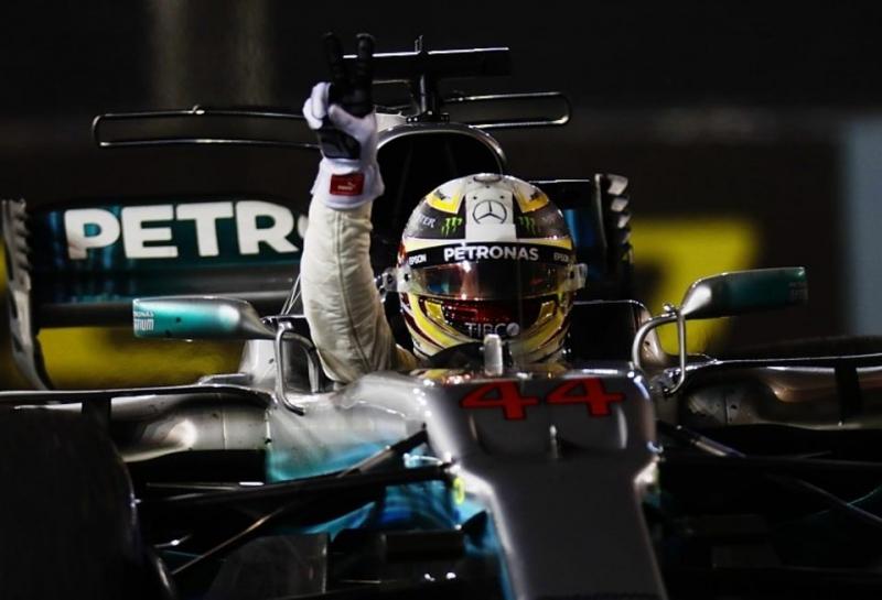Неожиданный триумф Льюиса Хэмилтона и драматичный сход Себастьяна Феттеля на Гран При Сингапура