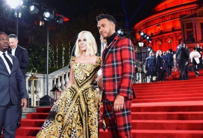 Льюис Хэмилтон стал кавалером Донателлы Версаче на Fashion Awards