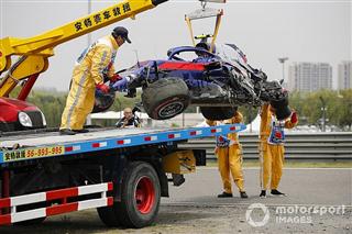 Галерея: видовищна аварія Албона у практиці Гран Прі Китаю