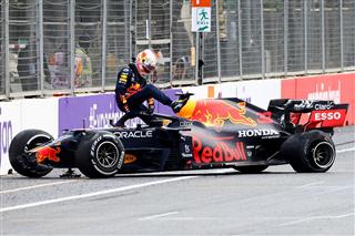 Pirelli про Баку: Red Bull та Aston Martin згубила стояча хвиля