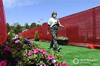 Кадр дня: Льюіс приїхав на трасу у Барселоні